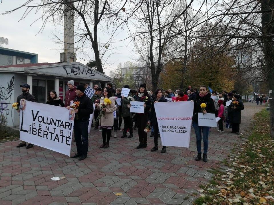 Aproximativ 100 de oameni, la un marş împotriva vaccinării obligatorii, în Galaţi
