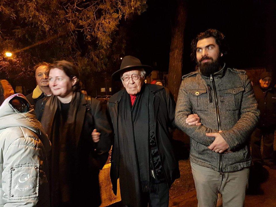Proteste împotriva Guvernului în marile ORAŞE. La 101 de ani, filozoful Mihai Şora a fost în stradă. La Cluj, printre colinde de Crăciun se cer demisii/ Număr mare de oameni la Sibiu