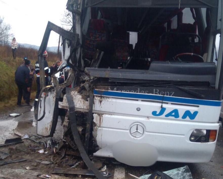 Alertă în Maramureş, Vadul Izei. ACCIDENT între un autobuz cu 50 de persoane şi un camion/ UPDATE: 17 persoane rănite, între care două în stare gravă. A fost deschis dosar penal
