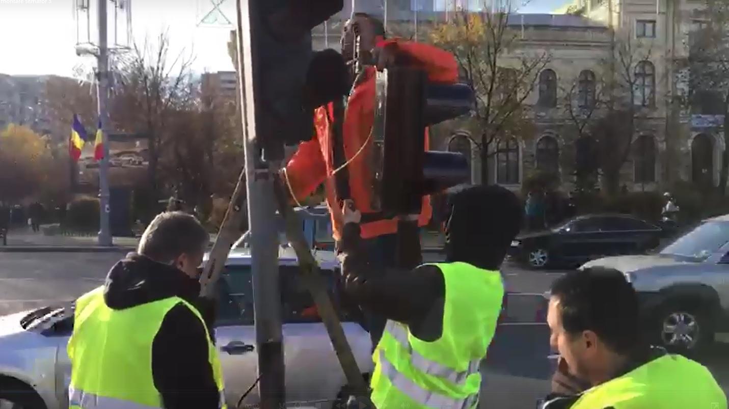 Primăria Bucureşti a început amenajarea trecerilor de pietoni temporare în Piaţa Victoriei, pentru Târgul de Crăciun - VIDEO