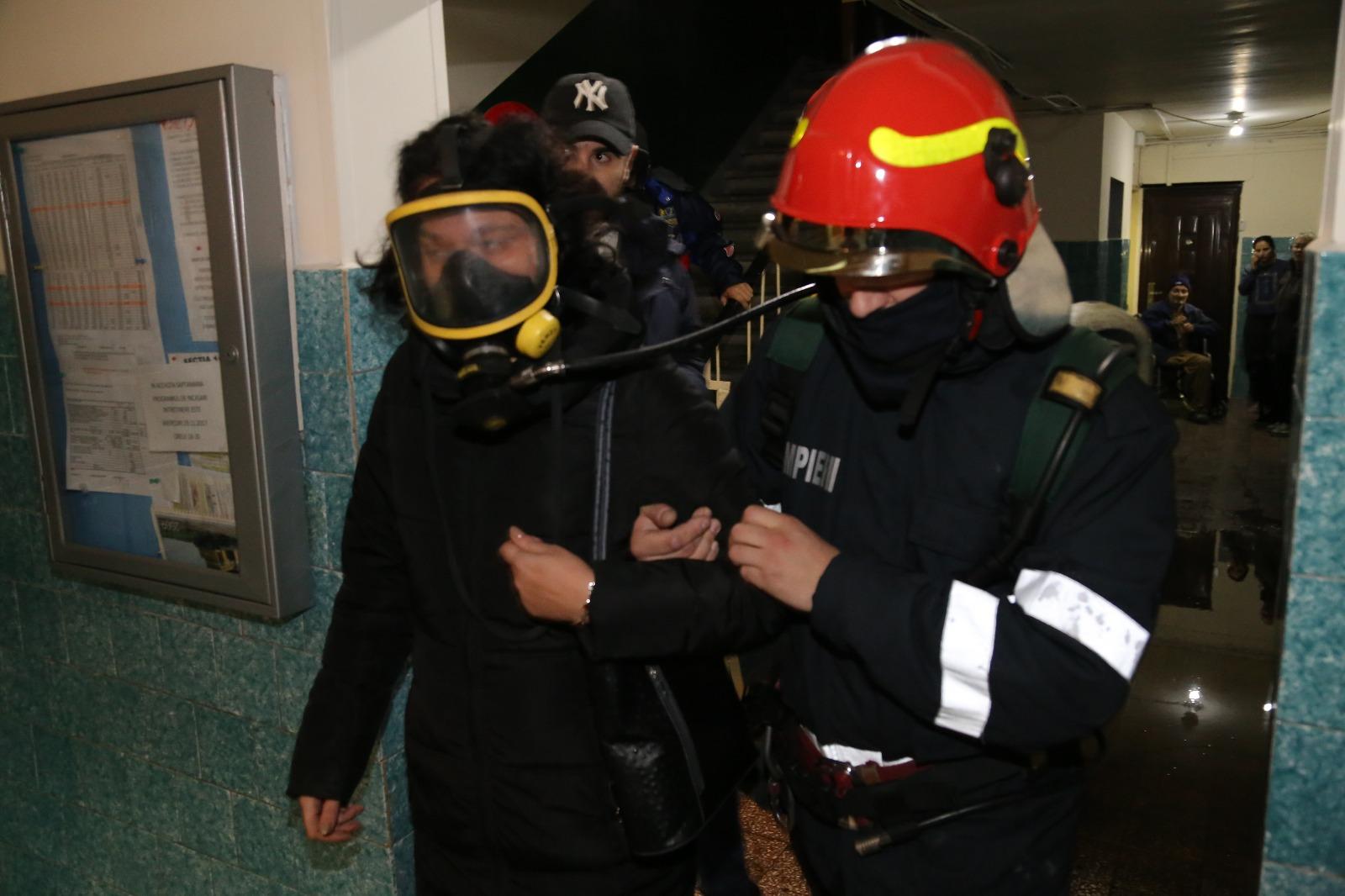 Incendiu de amploare într-un apartament dintr-un bloc din Capitală. 50 de oameni, dintre care 10 copii, au fost evacuaţi - FOTO