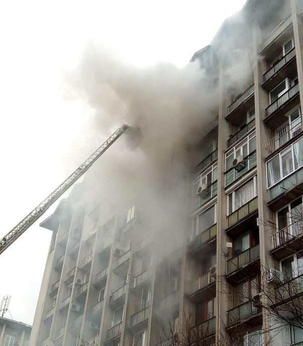 INCENDIU de pe bulevardul Magheru din Capitală a fost stins. O persoană a fost transportată la spital | FOTO, VIDEO