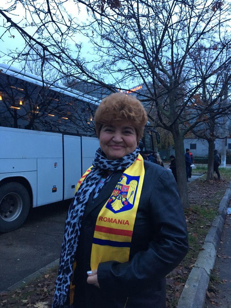 Mai multe autocare cu simpatizanţi PSD au ajuns în Capitală pentru parada de 1 Decembrie / `Am venit pentru că sunt româncă. Şi pentru că este ziua noastră. Nu vreau să-l fluier pe Iohannis. Am venit pe banii mei`