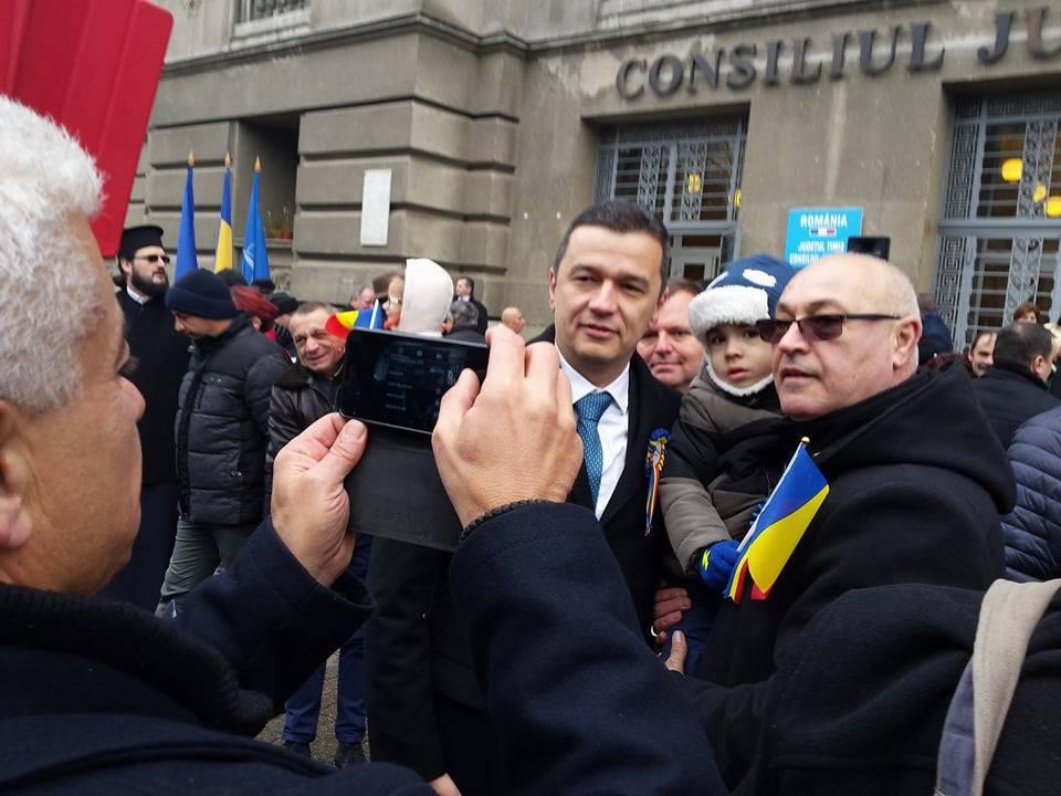 Timişorenii s-au fotografiat de Ziua Naţională cu fostul premier Sorin Grindeanu / Mesajul fostului premier către români