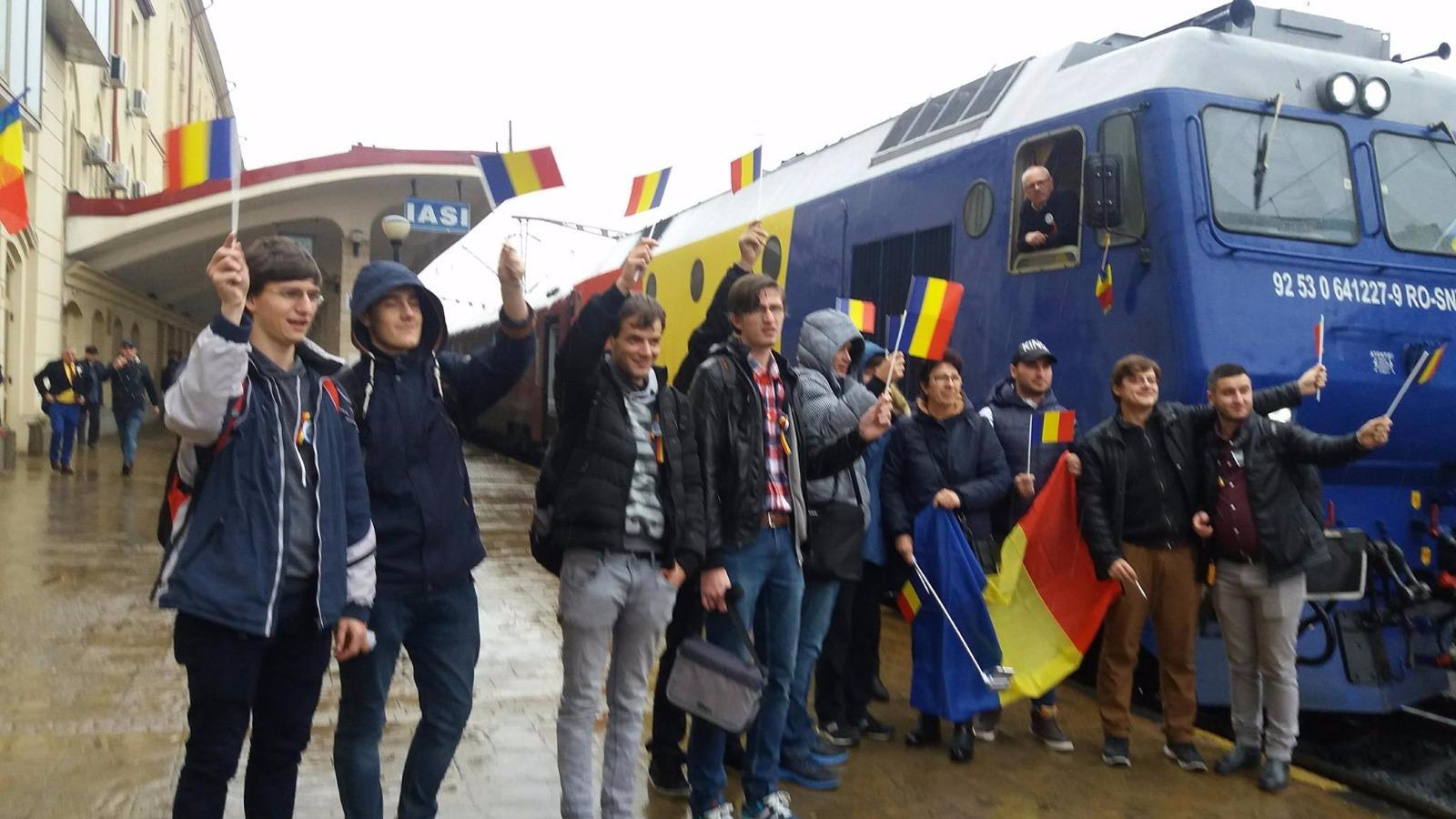 Trenul Unirii cu locomotivă tricoloră, aşteptat în gara Iaşi cu drapelul naţional | GALERIE FOTO