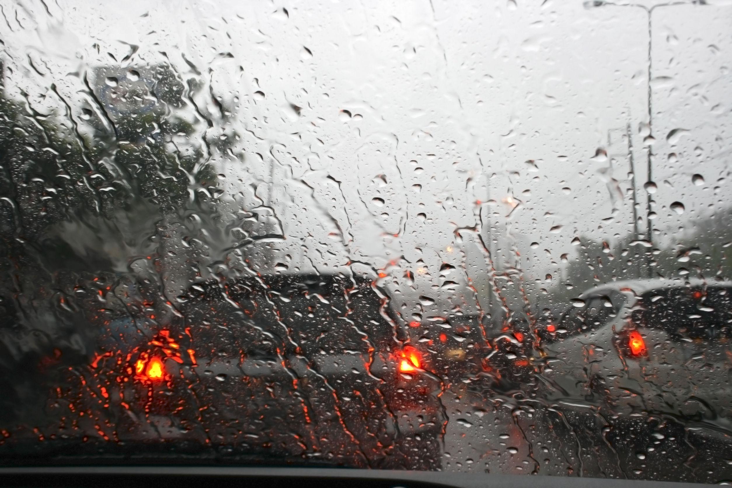 Trafic îngreunat pe DN1 Ploieşti - Braşov, în Sinaia, din cauza apei de pe carosabil. Plouă neîntrerupt, iar canalizarea nu face faţă