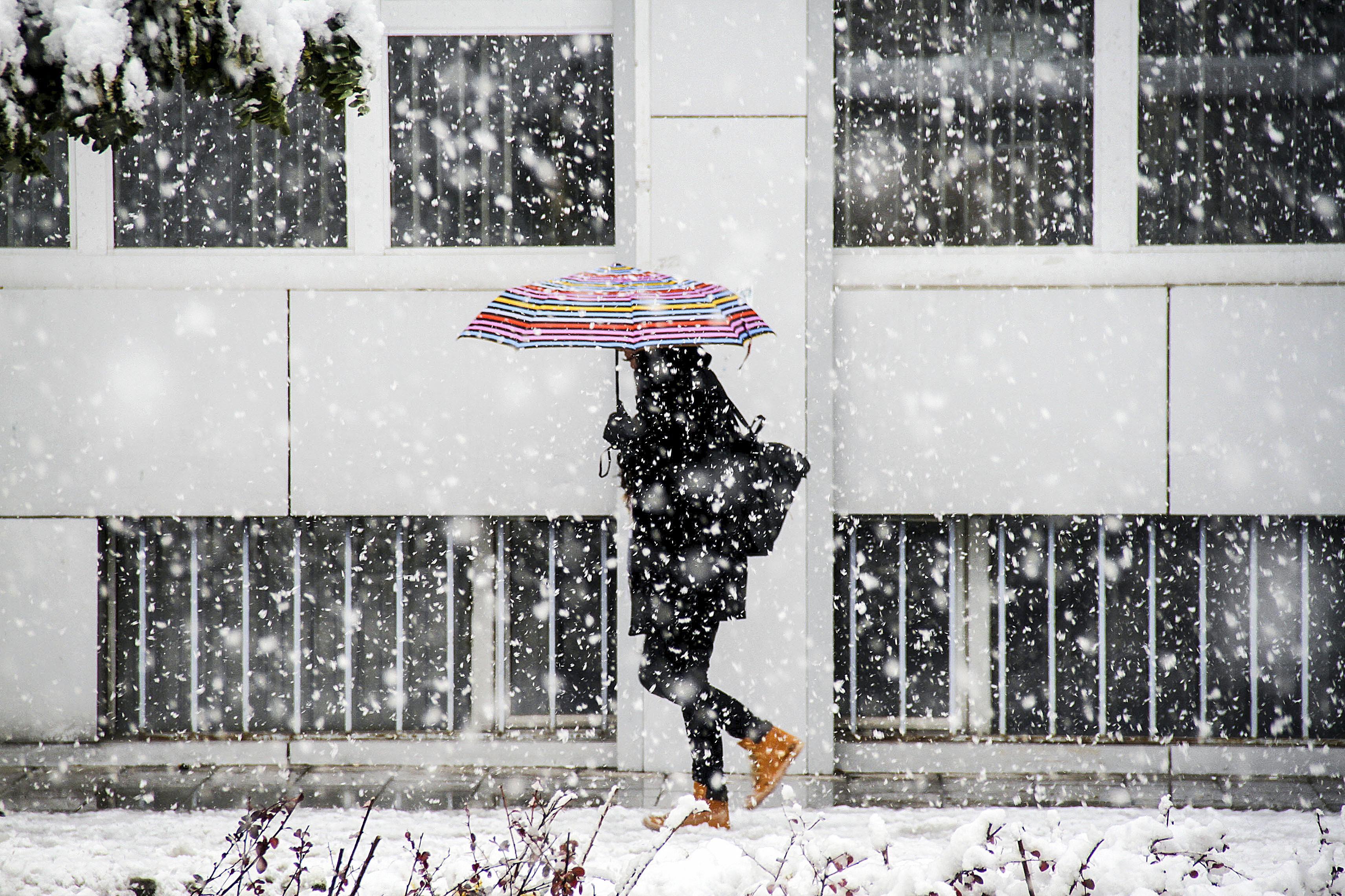 Informare meteo de ploi, ninsori şi intensificări ale vântului, valabilă până duminică seara, în toată ţara. Izolat, cantităţile de apă vor depăşi 35 l/mp / Zonele unde va ninge