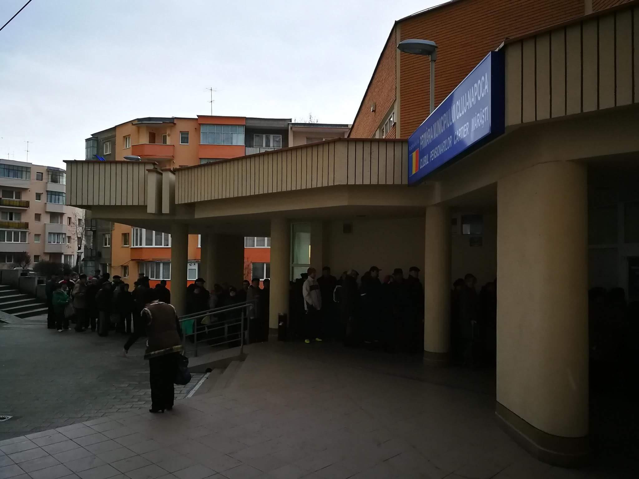 Sute de persoane cu venituri reduse din Cluj, la coadă pentru a primi pachete cu alimente gratuite | FOTO