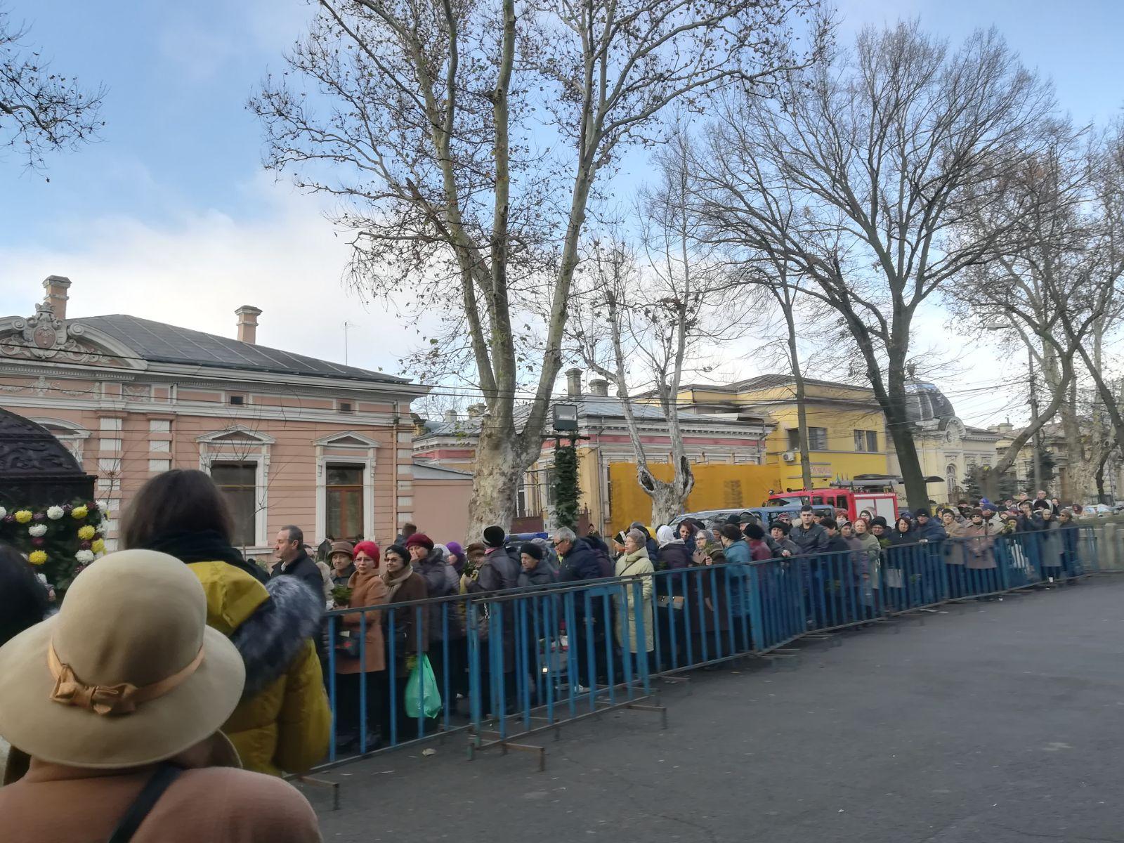 Sute de oameni s-au înghesuit la moaştele Sfântului Nicolae, în faţa unei biserici din Brăila