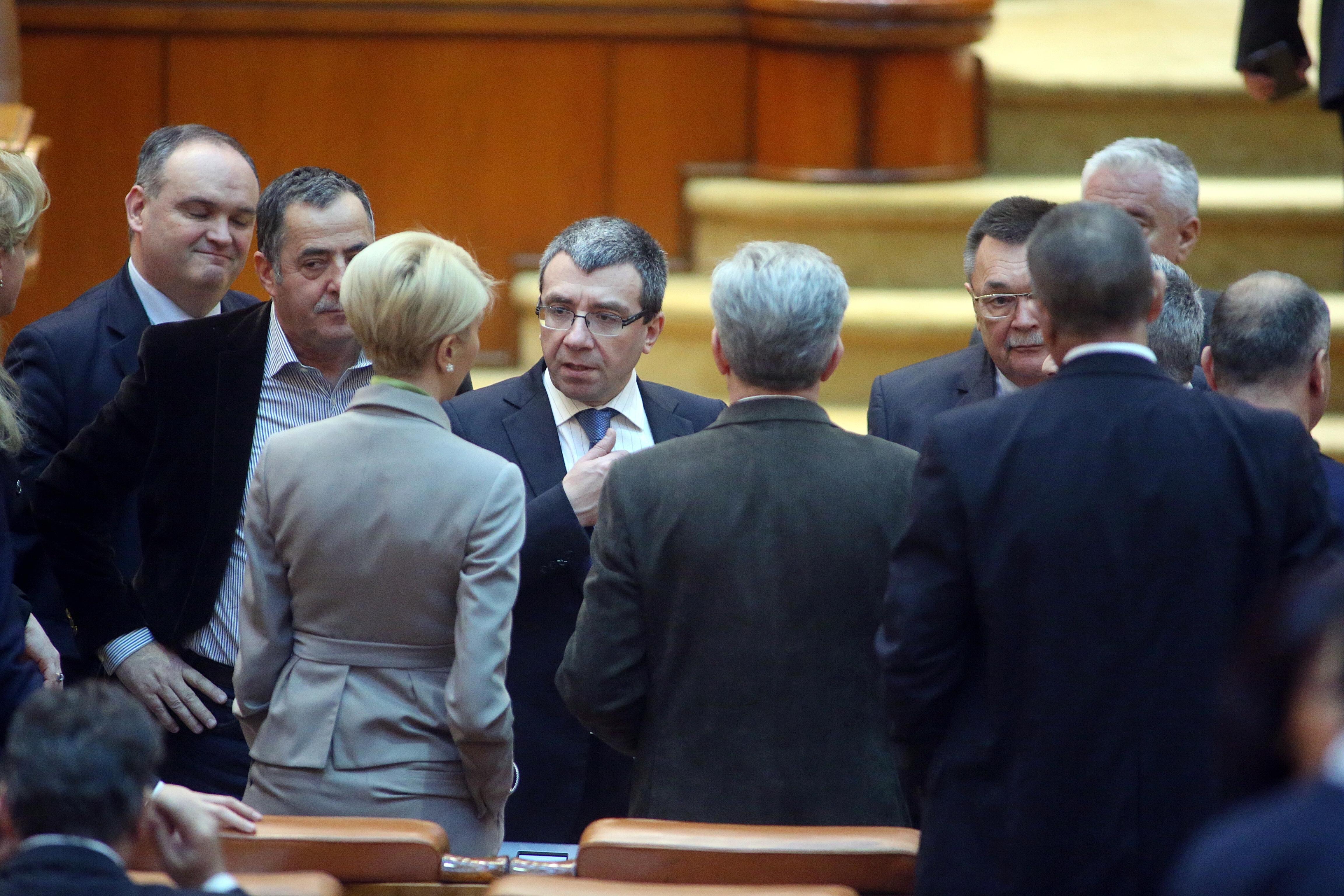PNL cere sistarea şedinţei de plen a Camerei pentru a nu crea tensiuni după decesul regelui Mihai. Opoziţia încearcă să blocheze în plen dezbaterea unor legi importante
