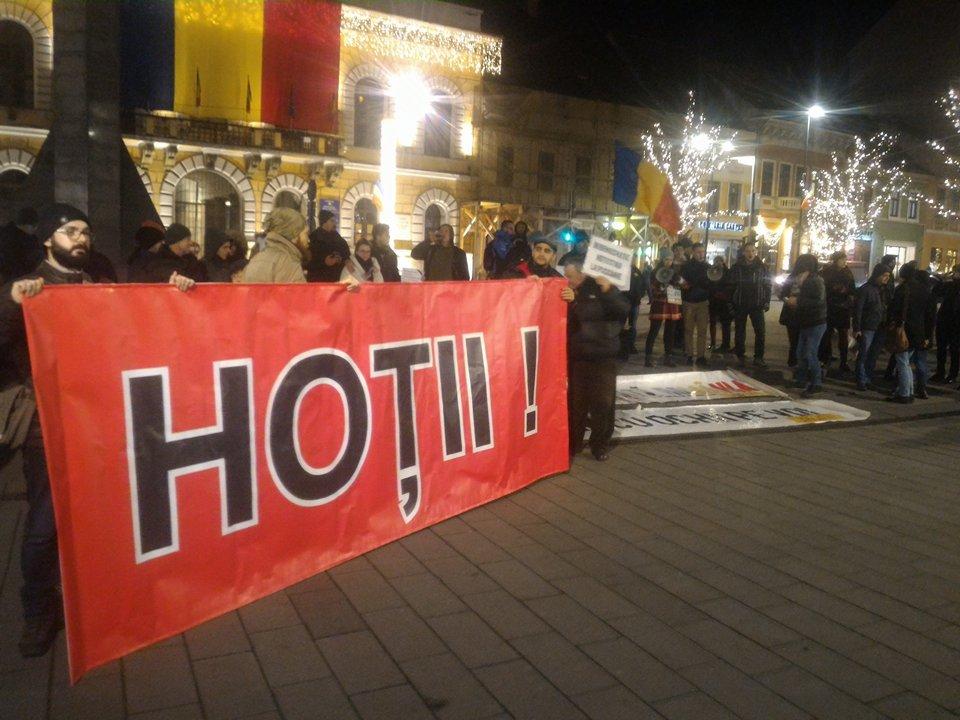 Peste 200 de persoane protestează la Cluj, unde oamenii sunt împotriva adoptării legilor justiţiei în Parlament