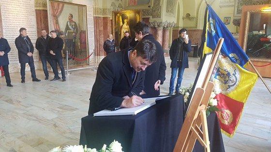 Imaginea articolului O carte de condoleanţe în memoria Regelui Mihai a fost deschisă la Sala Unirii din Alba Iulia. Aceasta va fi înmânată Casei Regale în semn de omagiu