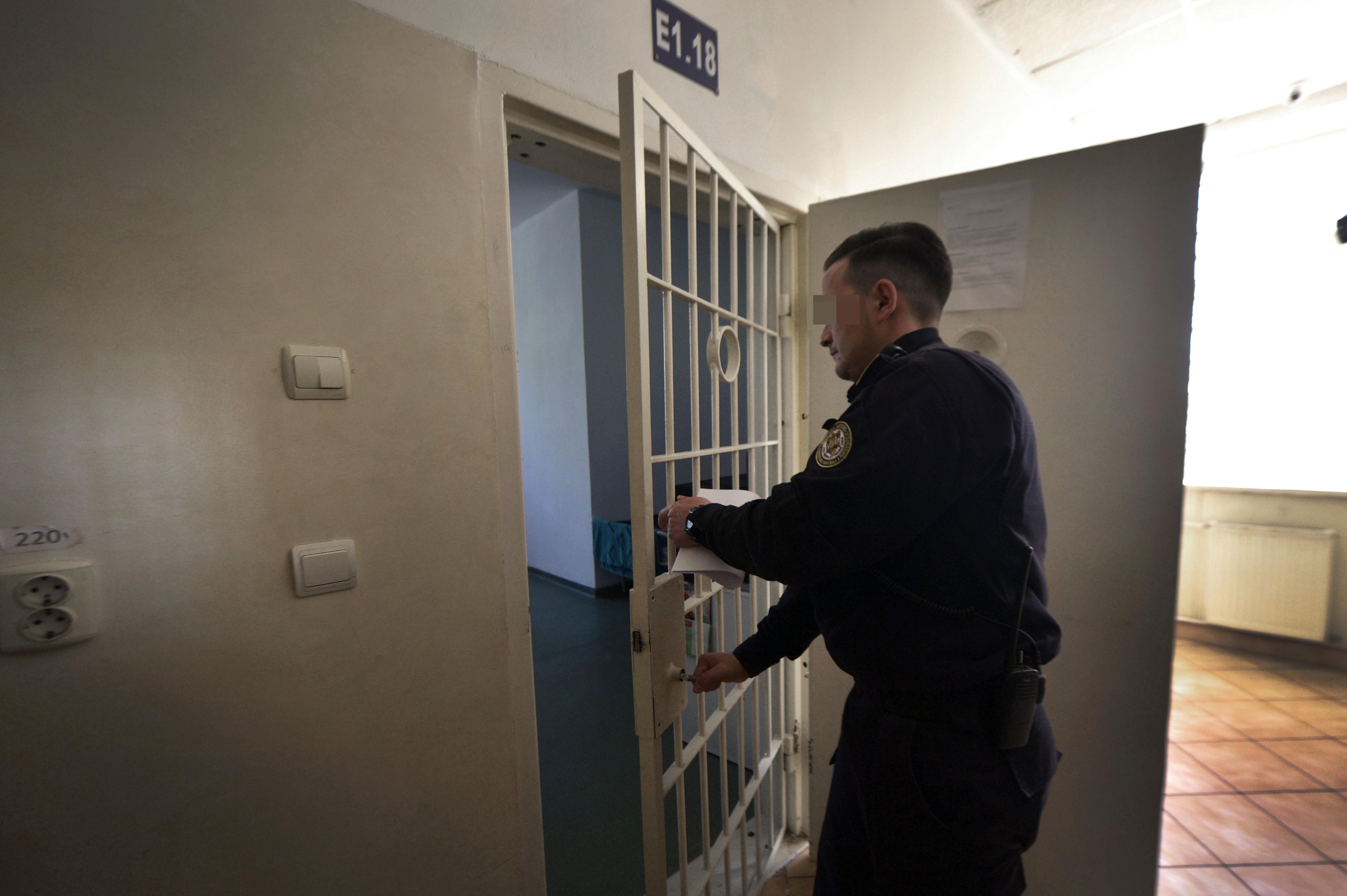Angajaţii Penitenciarului Vaslui refuză să mai intre la serviciu/ Ministrul Toader: Luni merg acolo. Finalizăm un act normativ ca să plătim orele suplimentare