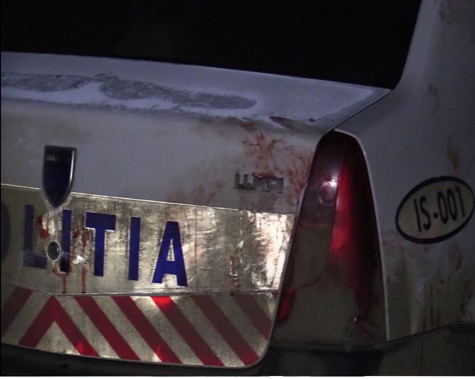 O maşină a poliţiei a fost distrusă în urma unei intervenţii la un scandal într-un bar. Echipajul a fost atacat de mai mulţi tineri