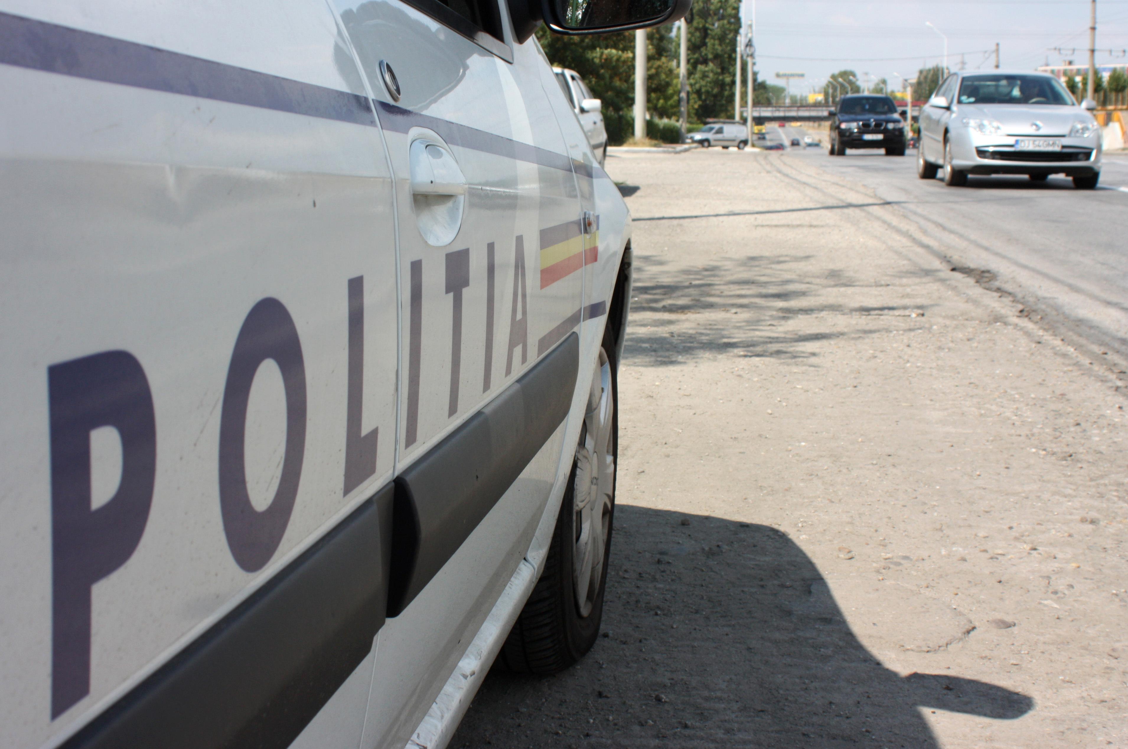 Un bărbat a fost reţinut după ce a distrus maşina poliţiei