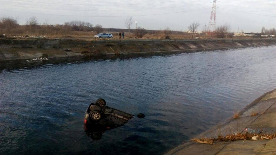 Maşină condusă de un minor, găsită într-un canal cu apă, după ce pasagerii şi şoferul au fugit
