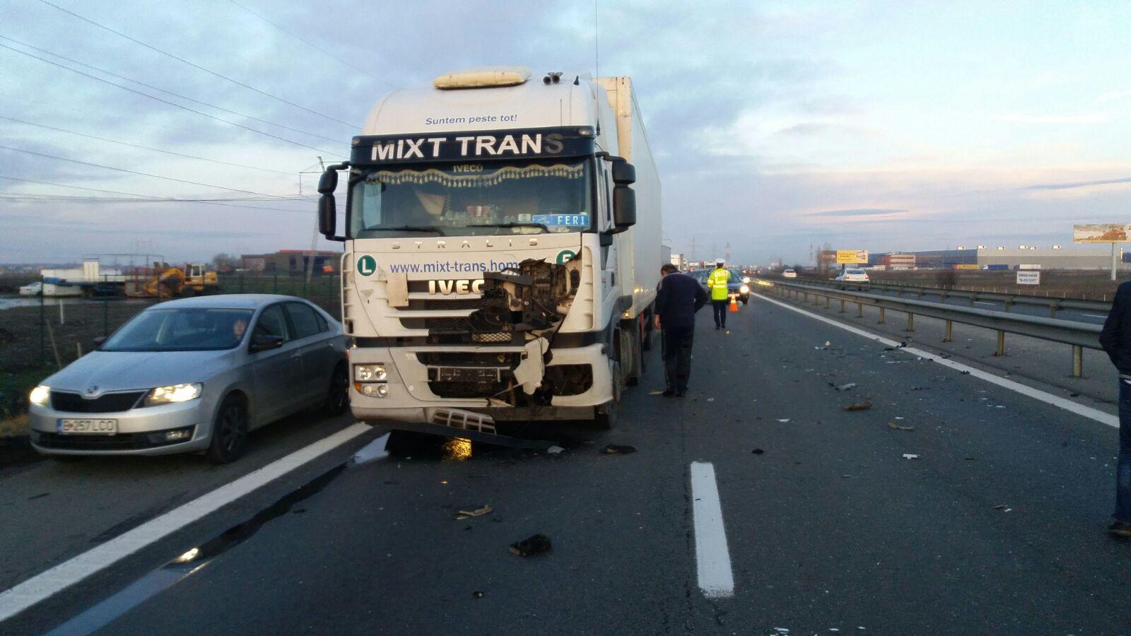 Grav accident pe A1 | Două maşini şi un tir, implicate. Două persoane au fost transportate la spital - FOTO
