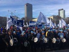 Imaginea articolului REVOLUŢIA FISCALĂ. Mii de oameni în Piaţa Victoriei, la mitingul organizat de Blocul Naţional Sindical/ Automobile Dacia: Nu ne asociem protestului   FOTO, VIDEO