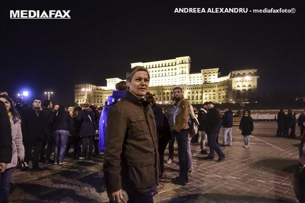 Imaginea articolului Fesul purtat de Cioloş la protest, promovat de Ambasada Suediei pe Facebook. În replică, fostul premier îi face cadou ambasadorului şosete de lână, împletite manual la Roşia Montană - FOTO