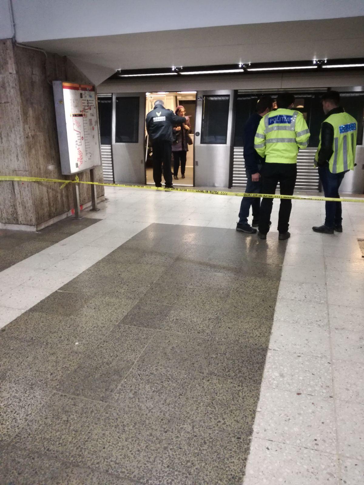 O tânără a murit după ce a fost împinsă în faţa metroului de o femeie/ Imaginile cu agresoarea, surprinse de camerele de supraveghere/ Aceasta ar fi încercat înainte să împingă în faţa metroului o altă persoană/ Poliţiştii patrulează la metrou
