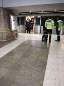 Imaginea articolului O tânără a murit după ce a fost împinsă în faţa metroului de o femeie/ Imaginile cu agresoarea, surprinse de camerele de supraveghere/ Aceasta ar fi încercat înainte să împingă în faţa metroului o altă persoană/ Poliţiştii patrulează la metrou