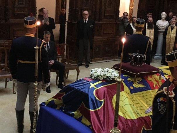 Imaginea articolului CASTELUL PELEŞ. Sicriul cu trupul REGELUI, adus în Holul de onoare. Klaus Iohannis a depus o coroană de flori/ Preşedintele, urmat de Călin Popescu Tăriceanu, iar apoi de Liviu Dragnea - FOTO