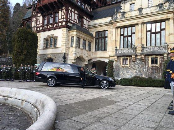 Imaginea articolului CORTEGIU FUNERAR REGE. Sicriul cu trupul Regelui Mihai a plecat de la Castelul Peleş spre Palatul Regal din Bucureşti | GALERIE FOTO
