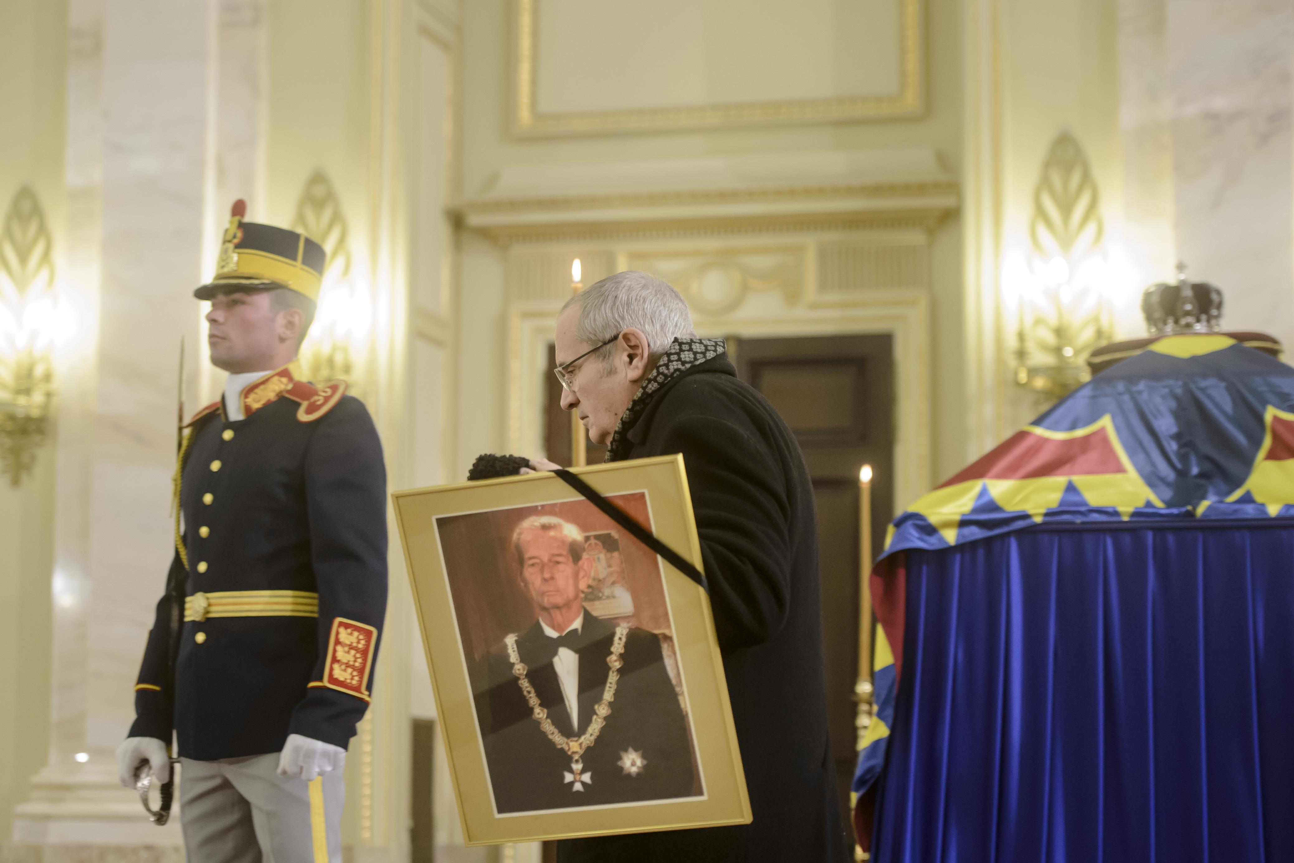 FUNERALIILE Regelui Mihai | România intră, de astăzi, timp de trei zile, în doliu naţional. Catafalcul Majestăţii Sale este depus la Palatul Regal, până sâmbătă | GALERIE FOTO