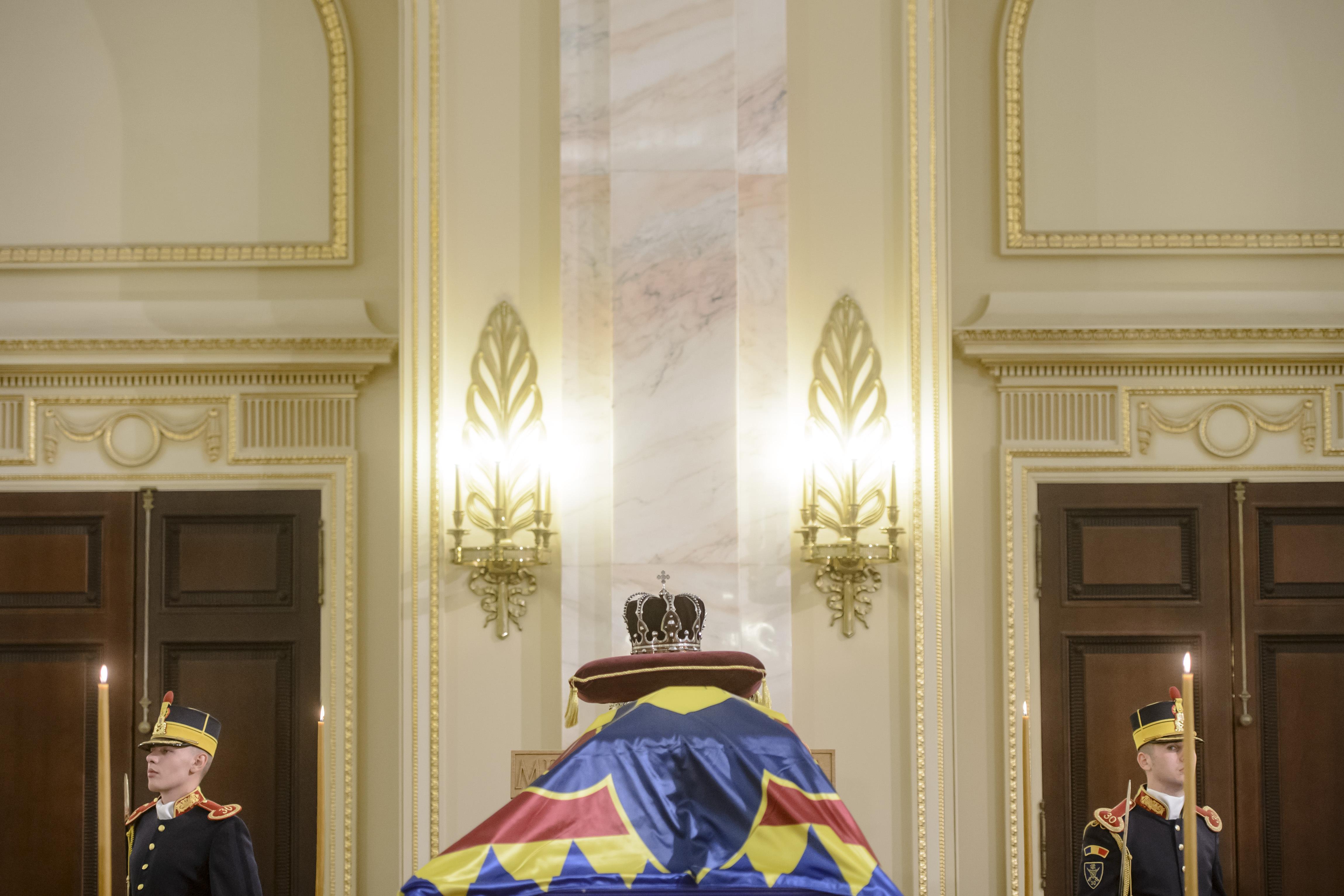 FUNERALII Regele Mihai | Regele emerit al Spaniei Juan Carlos şi Regele Carl Gustaf al Suediei, la catafalcul Majestăţii Sale Defuncte/ Mii de oameni, la rând pentru un ultim omagiu la Palatul Regal