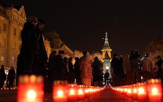 Cruce imensă, din candele, în memoria eroilor căzuţi la Revoluţie, în centrul Timişoarei