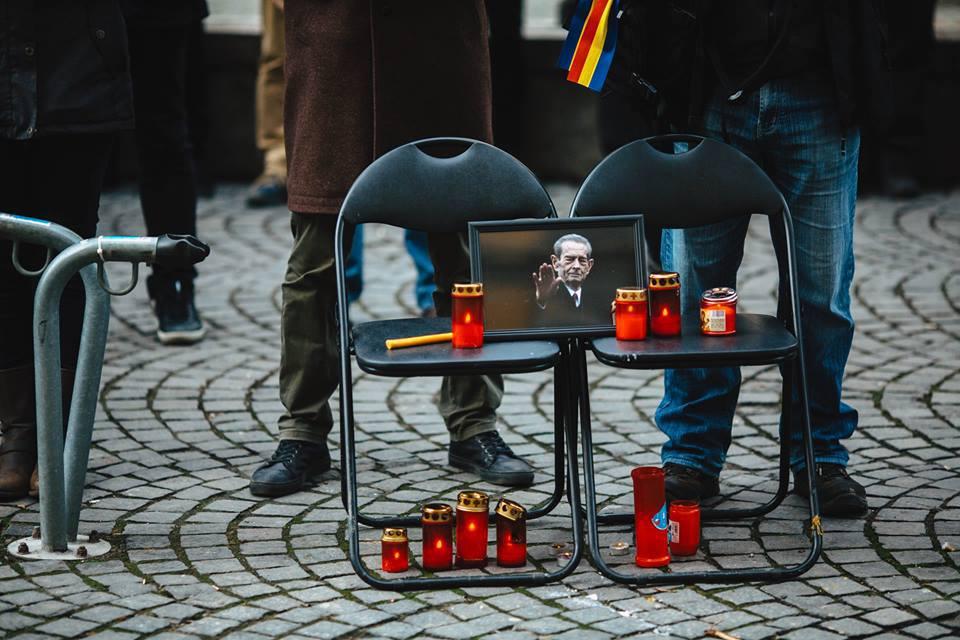 Al şaptelea flashmob în faţa sediului PSD Sibiu. De ce au venit oamenii cu genţi de voiaj