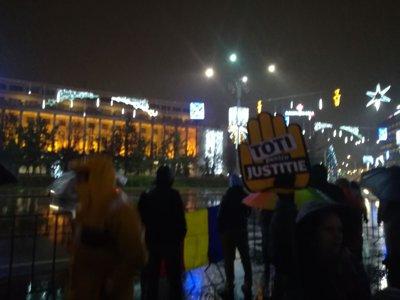 PROTESTE faţă de modificările aduse Legilor justiţiei în Bucureşti şi în ţară/ Peste două mii de persoane, în faţa Palatului Parlamentului | FOTO, VIDEO