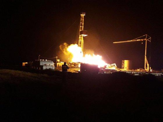 Imaginea articolului Incendiu puternic la o sondă de gaz | La faţa locului intervin şapte autospeciale de stingere