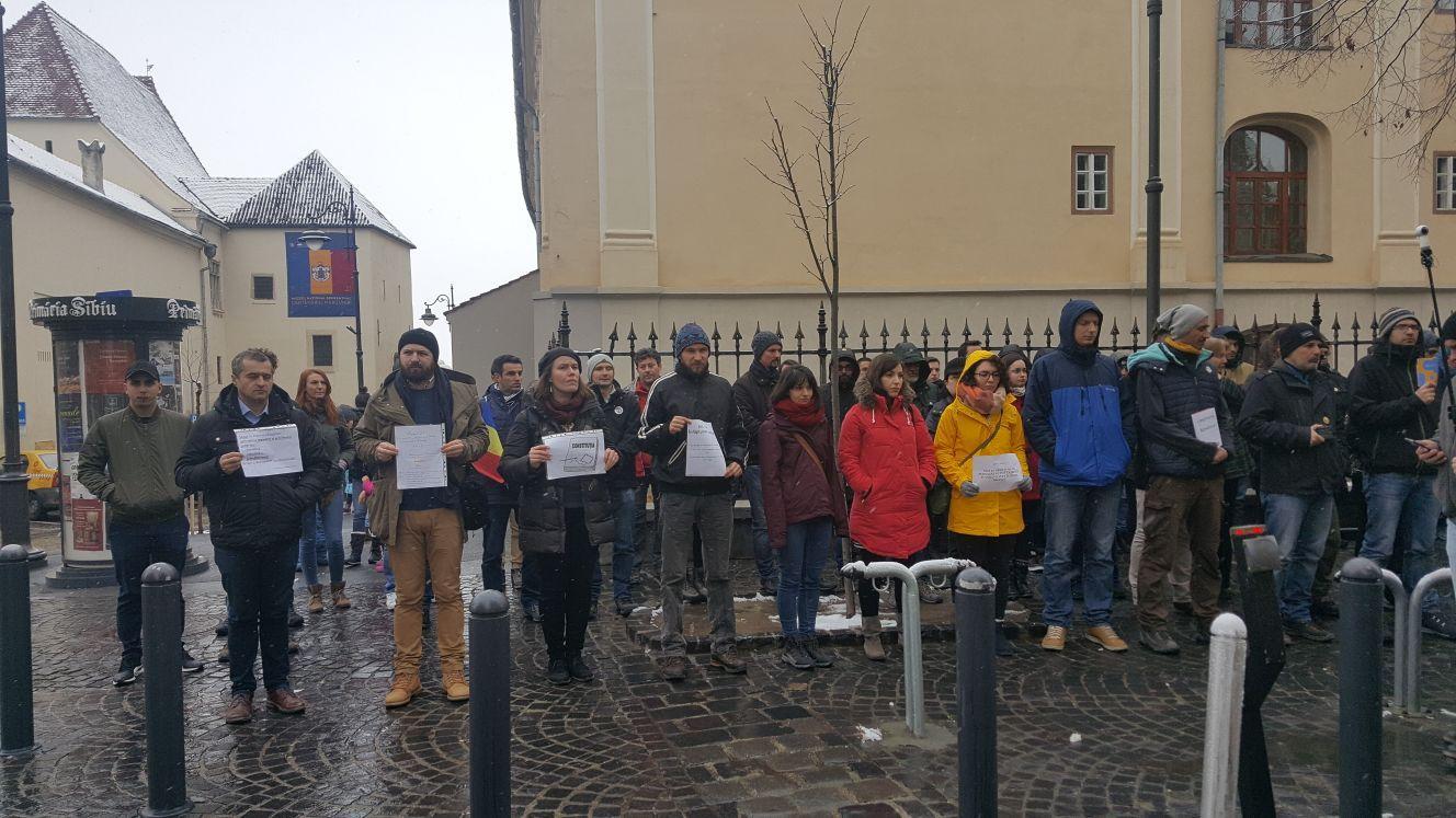 Flashmob la Sibiu cu Codul Penal, Codul de Procedură Penală şi pasaje din Constituţie