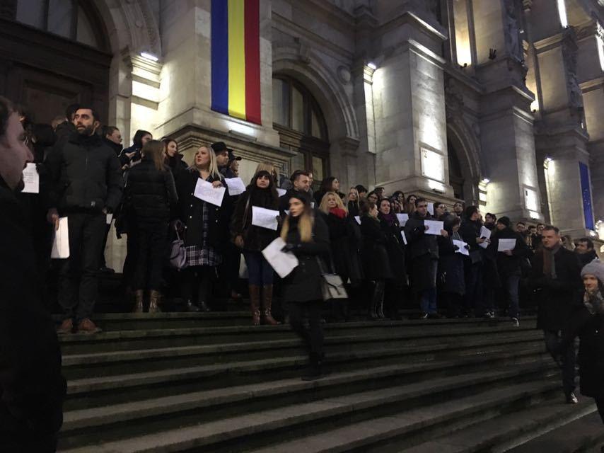 În jur de 500 de judecători şi procurori au protestat în faţa Curţii de Apel Bucureşti faţă de modificările la legile Justiţiei /CAB se delimitează de acest protest