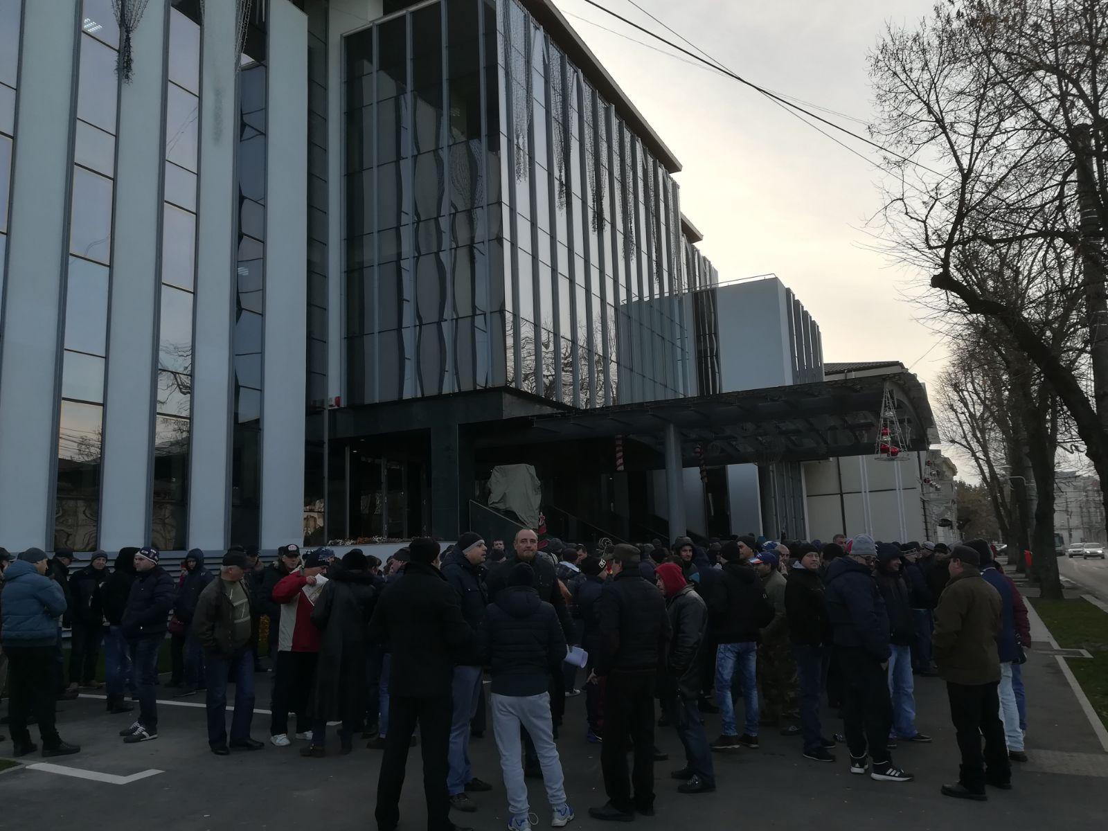 Zeci de angajaţi ai societăţii de transport public Galaţi protestează fiindcă nu au primit salariile