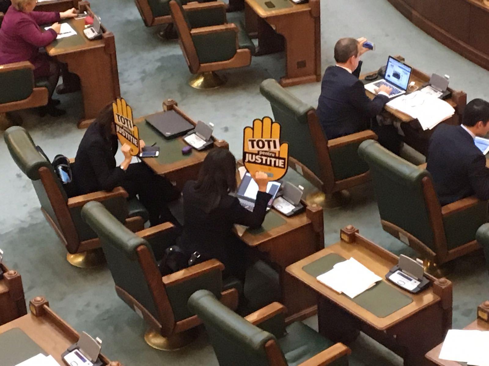 Protest cu pancarte al senatorilor USR în timpul discursului lui Şerban Nicolae/ Mihai Goţiu a citit în plenul Senatului o petiţie publică semnată de 65.000 de persoane