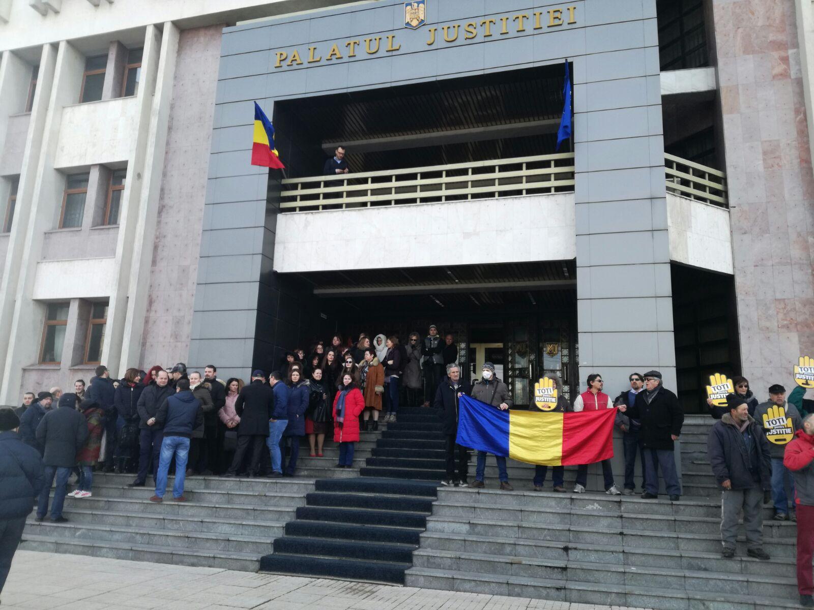 A DOUA zi de proteste faţă de modificările Legilor Justiţiei: Judecătorii şi procurorii ies pe treptele instituţiilor