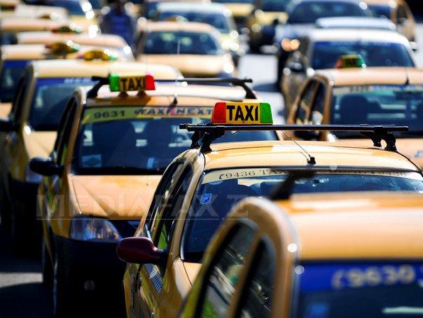 Taximetriştii cer intrarea în legalitate a Uber: Nu vrem să plece, dar să stea şi ei la cozi/ Traficul este blocat în centrul Capitalei, în urma protestului şoferilor de taxi