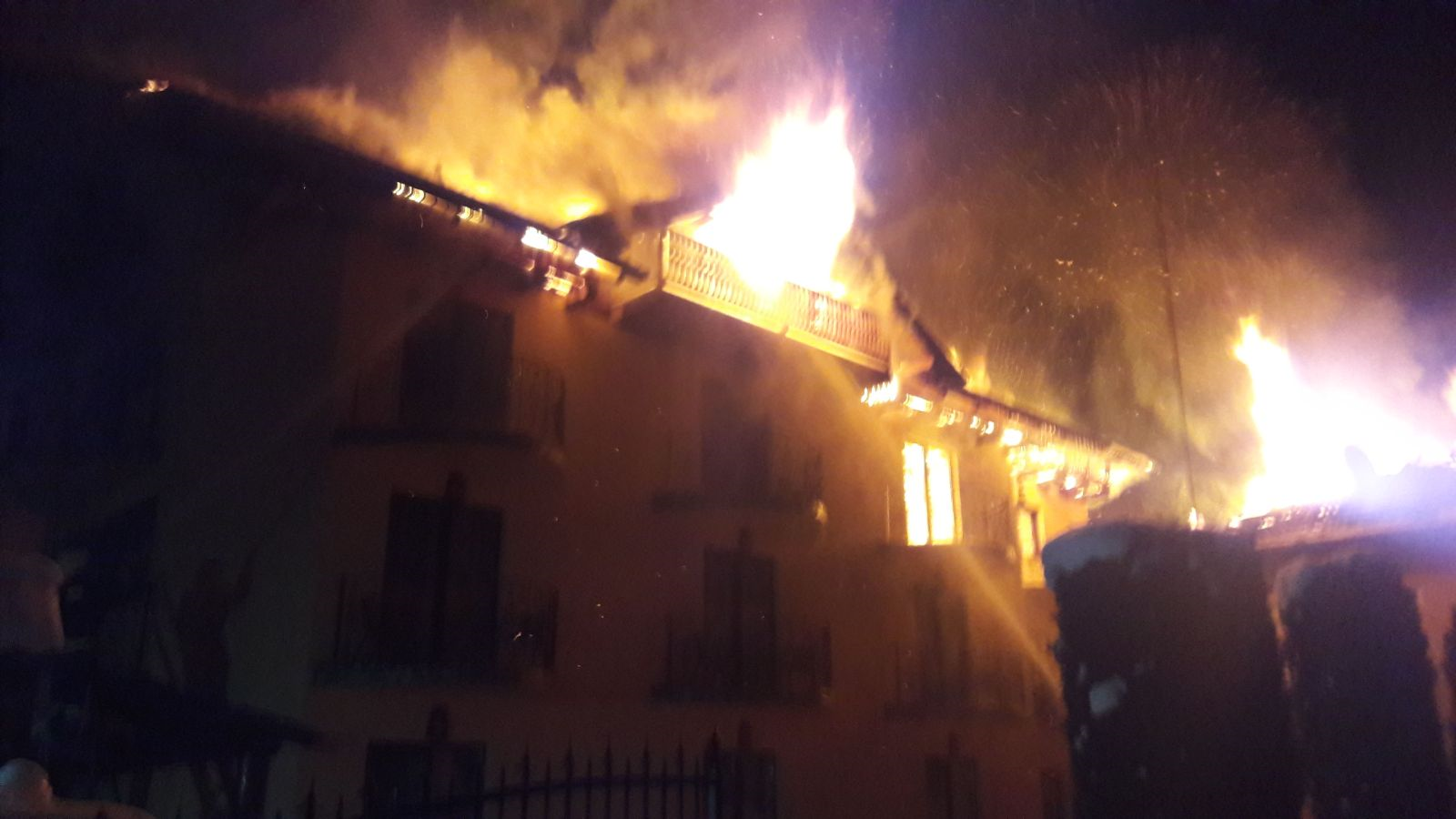 Incendiu la o pensiune din Moieciu. O persoană a suferit un atac de panică - FOTO