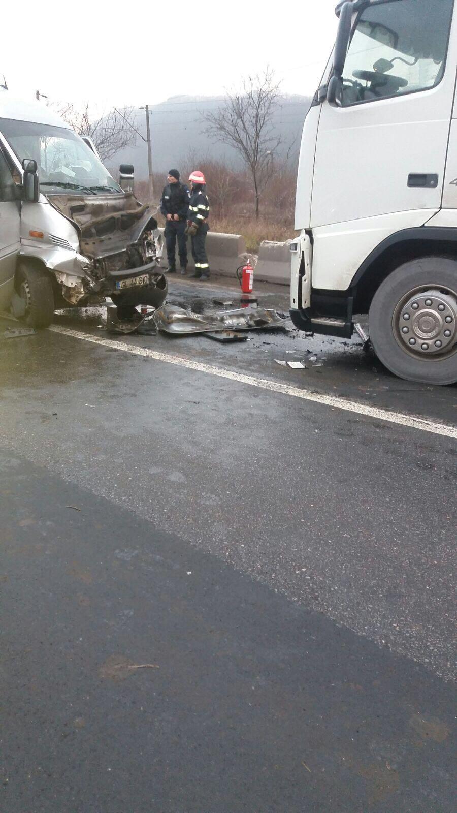 Accident grav în judeţul Hunedoara. Sapte persoane, transportate la spital în urma impactului dintre un microbuz şi un autotren
