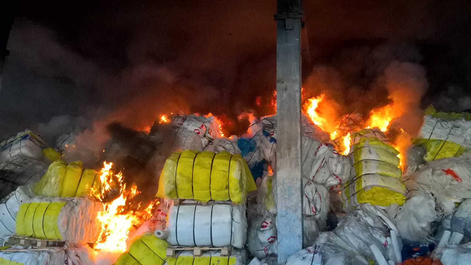 Incendiu puternic la o hală unde sunt depozitate deşeuri de fibră de sticlă, în Vaslui. `Intervenţia este dificilă deoarece la faţa locului nu există apă` | FOTO
