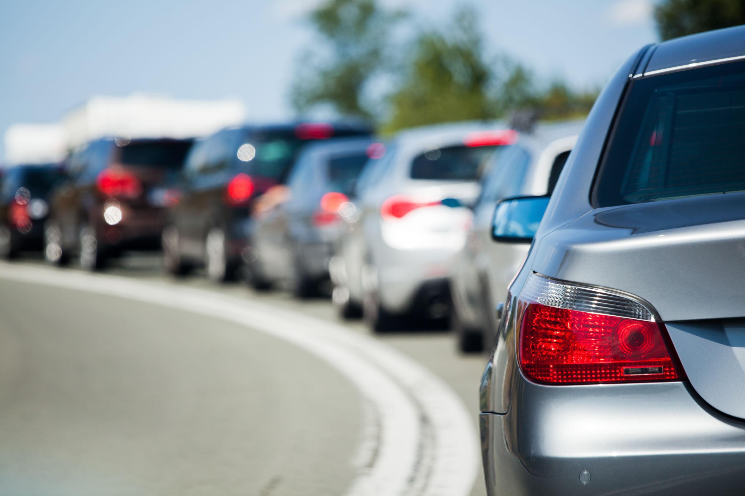 Trafic blocat pe Centura Capitalei din cauza unui accident cu trei maşini. O persoană a fost rănită grav