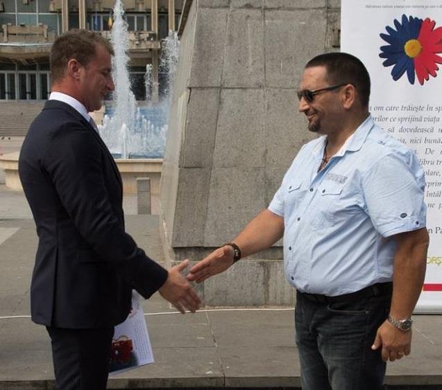 Poliţistul Marian Godină a publicat pe Facebook invitaţiile la nunta sa: două cătuşe în loc de verighete/ Cine este naşul