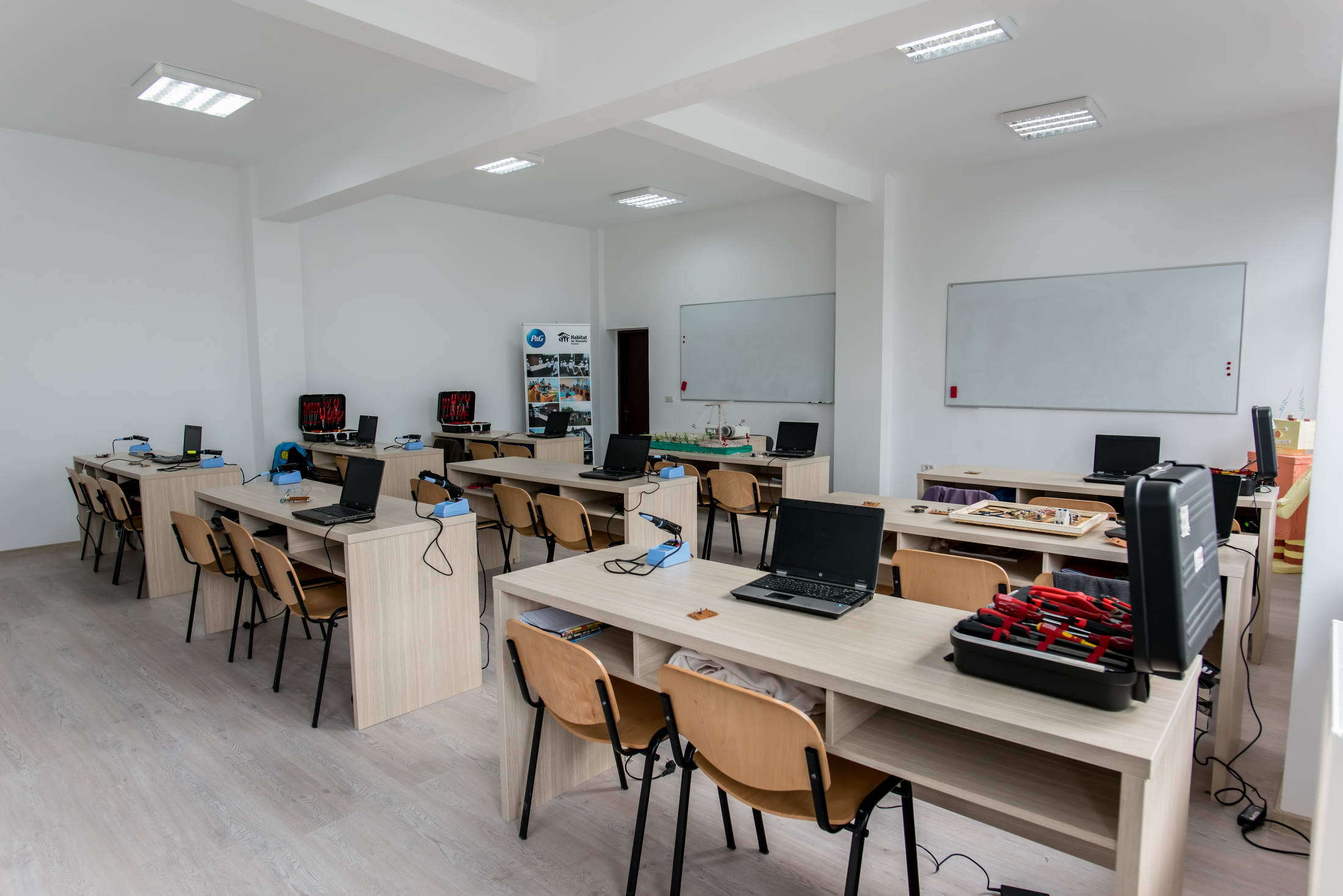 REVELION printre bănci: O şcoală din Vrancea, transformată în sală de dans pentru petrecerea de Revelion/  Organizatorii au avut acordul primarului | VIDEO