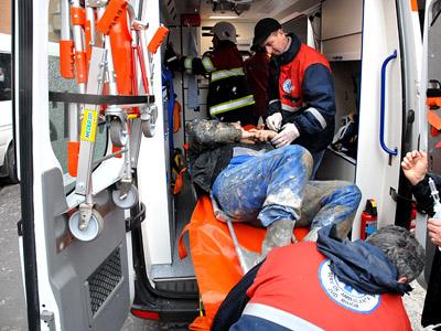 Doi muncitori răniţi, după ce o grindă metalică de câteva tone s-a prăbuşit peste ei