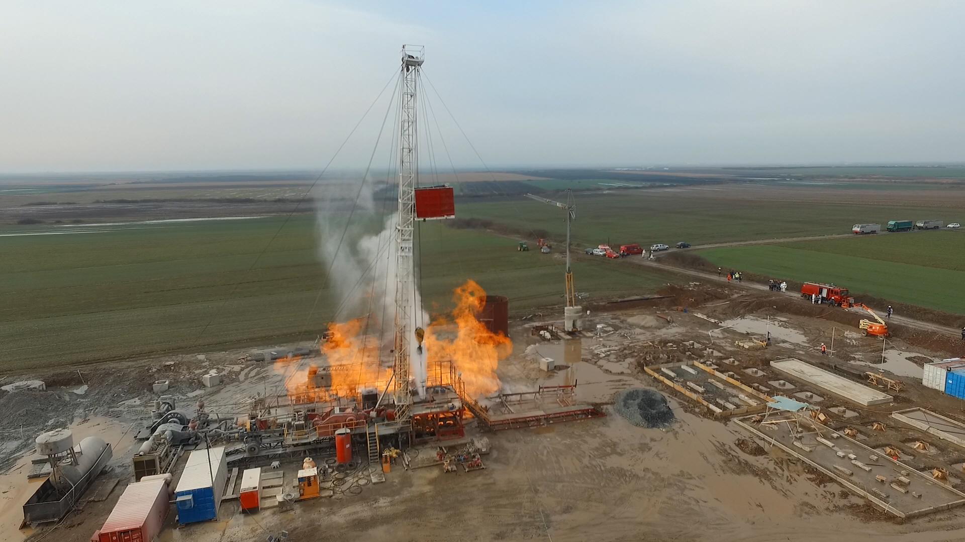 Incendiul de la sonda de gaz din Satu Mare, stins de apa care iese din pământ. Intervenţia NU s-a încheiat: În momentul în care vor ieşi gaze, flacăra va fi reaprinsă