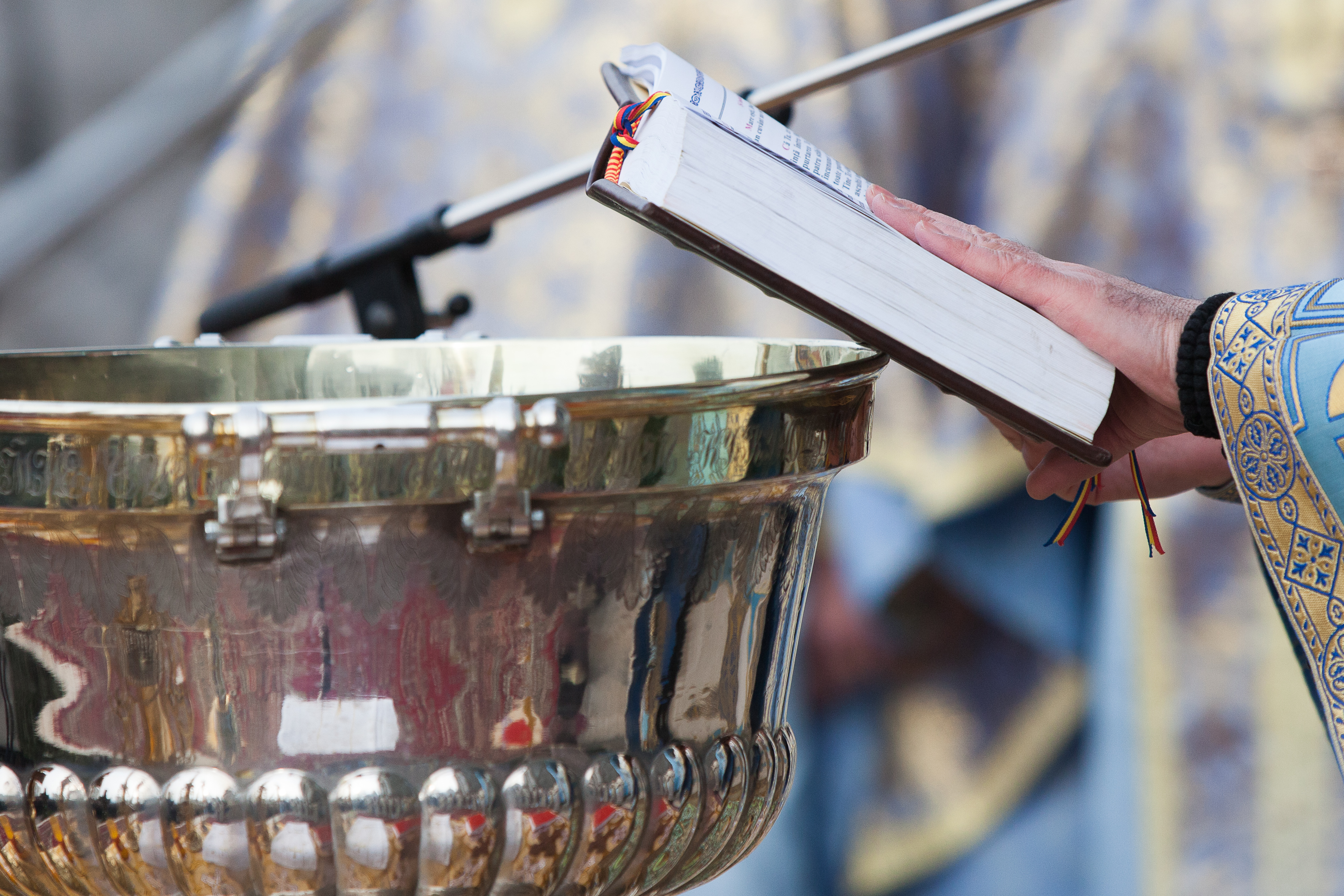 10.000 de litri de apă pentru Bobotează, pregătiţi în curtea Catedralei Mitropolitane din Iaşi / Temperaturile ridicate au împiedicat realizarea unei cruci de gheaţă