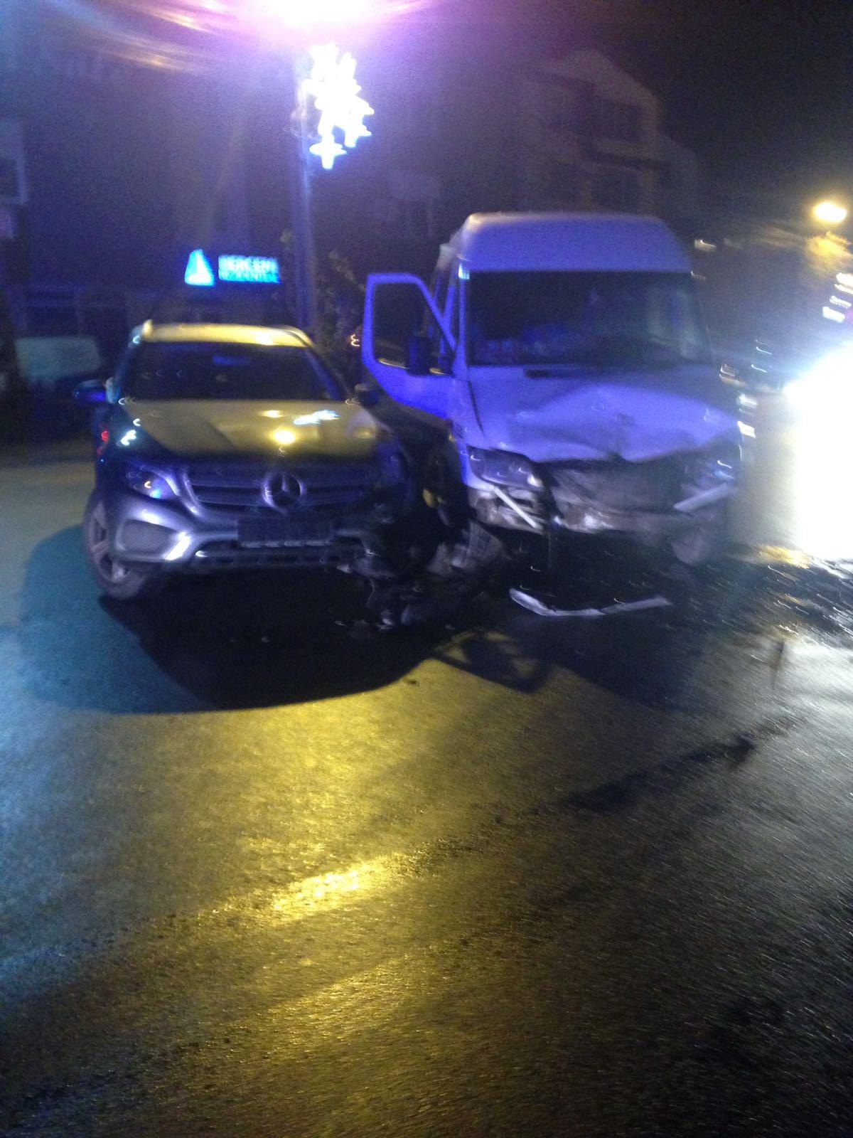 Opt persoane, rănite în urma unui accident în care au fost implicate o maşină şi un maxi taxi, în Popeşti Leordeni