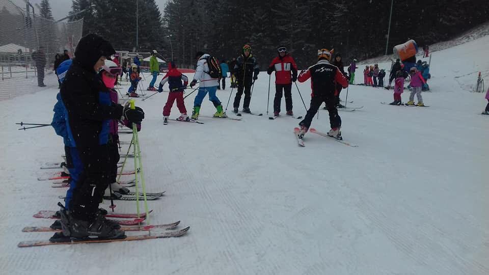 Tehnici de supravieţuire, bal mascat sau drumeţii la taberele de schi de pe Valea Prahovei